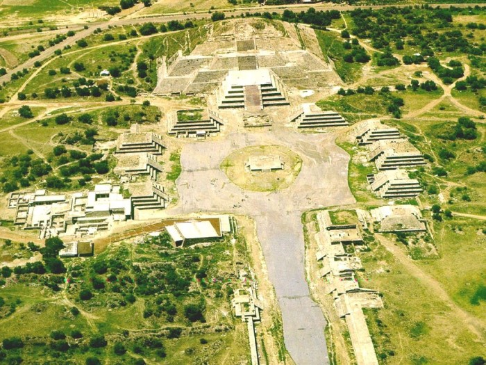Пирамида-Луны-и-часть-города-Теотиуакан-вид-с-высоты-Мексика-1024x768